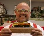 Neue Linie des Lächelns: Piko-Chef Dr. René F. Wilfer präsentiert das erste Modell der neuen Expert Linie (Foto: Piko).